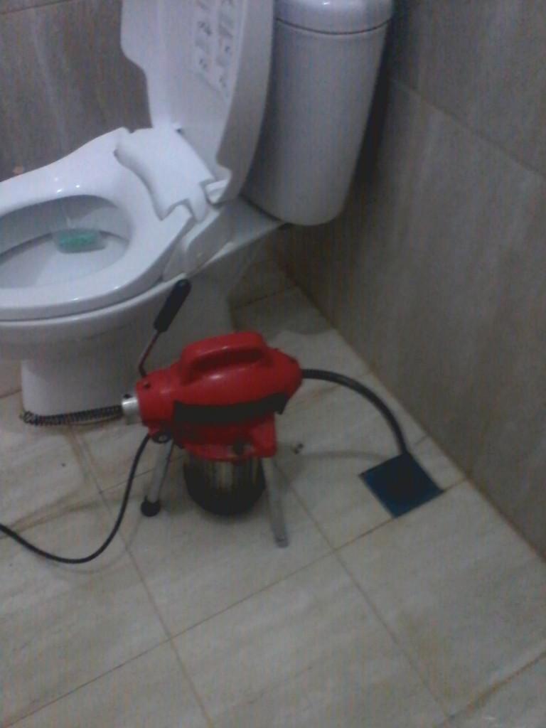 toilet tersumbat mampet pinggiran jakarta