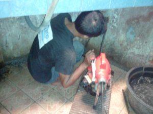 Tenaga mesin ridgid untuk atasi pipa mampet