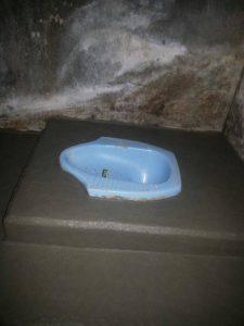 Tim Jasa pipa tersumbat membangun toilet untuk anak desa kampung arca di puncak