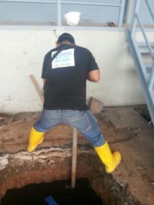 proses pelancaran mengggunakan spiral drain cleaner