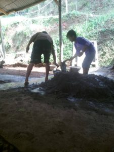 Tim Perbaikan saluran pipa mampet bantu macul ditempat kandang sapi